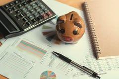 концепция объяснения и финансов, копилка с калькулятором o ручки Стоковая Фотография RF