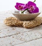 Концепция оводнения и гигиены с свежими изнеживая цветками для роскоши стоковые изображения