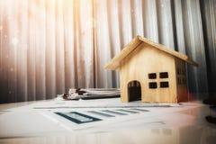 Концепция дома и свойства для продажи, игрушка деревянного дома на офисе de Стоковые Изображения RF