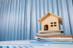 Концепция дома и свойства для продажи, игрушка деревянного дома на офисе de Стоковое Изображение RF