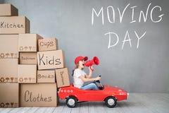 Концепция дома дня ребенка новая домашняя Moving стоковое изображение
