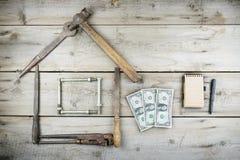 Концепция дома под конструкцией Старый деревянный настольный компьютер Старые ржавые инструменты плотничества Стоковая Фотография RF