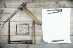 Концепция дома под конструкцией Старый деревянный настольный компьютер Старые ржавые инструменты плотничества Вертикальный модель Стоковая Фотография RF