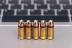 Концепция опасностей интернета Закройте вверх пуль и клавиатуры компьтер-книжки Стоковая Фотография