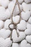 Концепция оплакивать или надежды - ключи на белой предпосылке камня h Стоковая Фотография RF