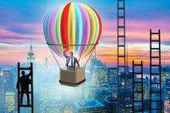 Концепция достижения карьеры с бизнесменом на воздушном шаре и ladde стоковое фото rf