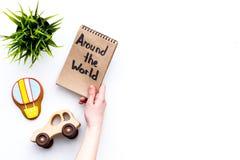 Концепция отключения семьи Зеленое растение, печенье баллона воздуха, игрушка автомобиля По всему миру литерность руки в тетради  Стоковые Фотографии RF
