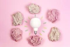 Концепция отличной идеи с скомканными красочными бумагой и электрической лампочкой o стоковые изображения