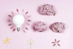 Концепция отличной идеи с скомканными красочными бумагой и электрической лампочкой o стоковая фотография
