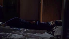 Концепция отслеживать через окно, девушка спит на ноче на кровати акции видеоматериалы