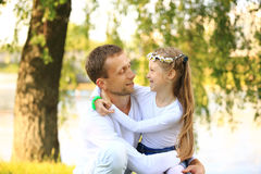 Концепция отцовства - счастливого отца и маленького обнимать дочери Стоковое Изображение