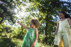 Концепция отдыха детства детей ребенка девушки вскользь Стоковое Изображение