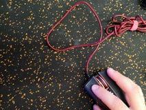 Концепция офиса: крупный план мыши, руки выстукивая на черных строгих технологиях персонального компьютера ПК мыши, таблица челов стоковые изображения rf