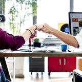 Концепция офиса сыгранности коллег рему кулака корпоративная стоковое фото