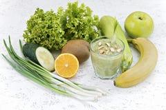 Концепция очищения от detoxification, ингридиенты зеленого vegetable коктеиля Естественный, органический здоровый сок внутри стоковая фотография rf