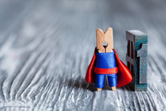 Концепция одно Супергерой и 1 зажимки для белья (одно) написанные с покрашенным винтажным letterpress Стоковые Изображения