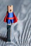 Концепция одно Человек супергероя зажимки для белья на верхней части Стоковые Изображения