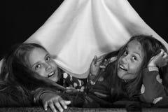 Концепция партии детей и PJs Партия Pyjamas для детей Подруги под одеялом Стоковые Изображения RF