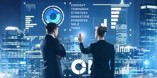 Концепция партнерства и сотрудничества при люди используя виртуальный интерфейс Стоковая Фотография RF