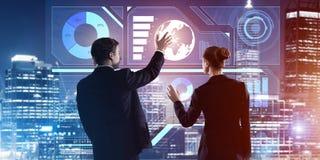 Концепция партнерства и сотрудничества при люди используя виртуальный интерфейс Стоковые Фото
