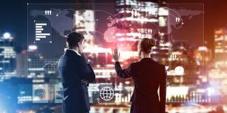 Концепция партнерства и сотрудничества при люди используя виртуальный интерфейс Стоковое фото RF