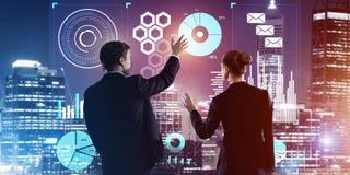 Концепция партнерства и сотрудничества при люди используя виртуальный интерфейс Стоковые Фотографии RF