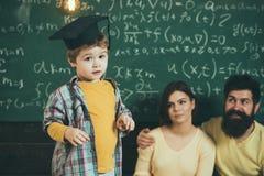 Концепция первого курса Зрачок первого курса Маленький ребенок готовый для первого курса Изучите крепко и сделайте ранг стоковая фотография rf