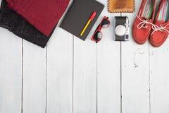 Концепция перемещения - джинсы, одежды, блокнот, камера, ботинки, наблюдают a стоковая фотография rf