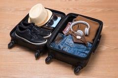 Концепция перемещения и каникул Раскройте сумку ` s путешественника с одеждой, Стоковое Изображение RF