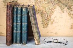 Концепция перемещения и образования Старые книги и стекла, ретро карта b Стоковое Изображение