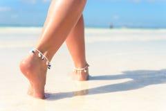 Концепция перемещения пляжа Сексуальные ноги на тропическом пляже песка Идя женские ноги closeup Стоковое фото RF