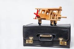 Концепция перемещения: ретро чемодан и самолет-биплан стиля Стоковое Фото