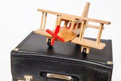 Концепция перемещения: ретро чемодан и самолет-биплан стиля Стоковое Изображение RF