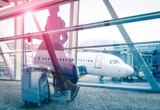 Концепция перемещения с женщиной на стробе крупного аэропорта Стоковые Изображения RF
