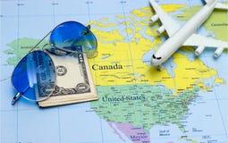Концепция перемещения с солнечными очками пасспорта денег плана Стоковое Изображение