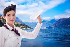 Концепция перемещения - stewardess с самолетом бумаги над озером и держателем Стоковое Изображение RF