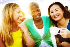 Концепция перерыва на чашку кофе девушек говоря охлаждая Стоковые Фото