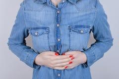 Концепция персоны людей расстройства желудка пищеварения Подрезанный близко вверх по пэ-аш стоковые фотографии rf