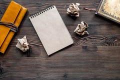 Концепция писателя Винтажная тетрадь и скомканная бумага на модель-макете copyspace взгляд сверху предпосылки деревянного стола Стоковые Фото