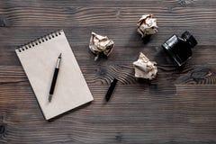 Концепция писателя Винтажная тетрадь и скомканная бумага на copyspace взгляд сверху предпосылки деревянного стола Стоковое Изображение