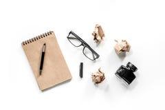 Концепция писателя Винтажная тетрадь, скомканная бумага и стекла на белом взгляд сверху предпосылки Стоковое Изображение RF