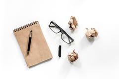 Концепция писателя Винтажная тетрадь, скомканная бумага и стекла на белом взгляд сверху предпосылки Стоковые Фотографии RF