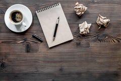 Концепция писателя Кофе, винтажная тетрадь и скомканная бумага на copyspace взгляд сверху предпосылки деревянного стола Стоковые Фото