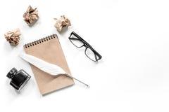 Концепция писателя Оперитесь ручка, винтажная тетрадь и скомканная бумага на белом copyspace взгляд сверху предпосылки Стоковые Изображения