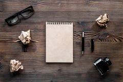 Концепция писателя Ручка, винтажная тетрадь и скомканная бумага на модель-макете взгляд сверху предпосылки деревянного стола Стоковые Изображения RF