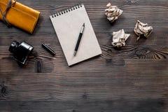 Концепция писателя Ручка, винтажная тетрадь и скомканная бумага на copyspace взгляд сверху предпосылки деревянного стола Стоковое Фото
