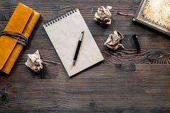 Концепция писателя Ручка, винтажная тетрадь и скомканная бумага на copyspace взгляд сверху предпосылки деревянного стола Стоковая Фотография