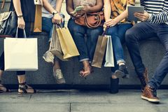 Концепция покупок группы людей стоковые изображения