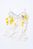 Концепция покупок и моды Блестящее стильное сексуальное женское бельё с косметическими продуктами, дух шнурка, лепестки цветка Же Стоковое Фото