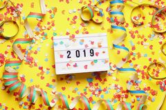 концепция положения квартиры торжества 2019 Новых Годов с confetti стоковая фотография